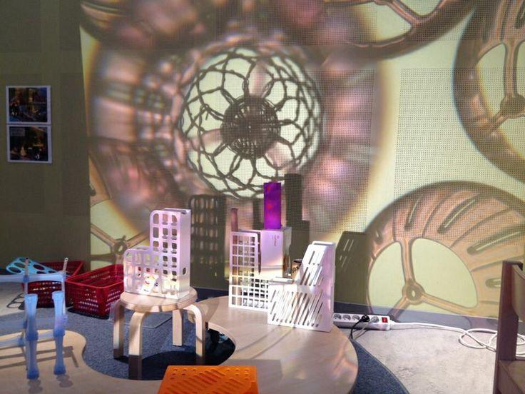 Ljusmönster! Fantastiskt vad ljus ger fler dimensioner o lekfullhet. Från förskolan under byggprojektet.
