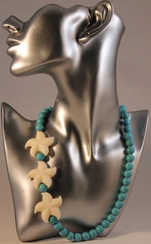 Turchese: Turchese pietra naturale e stelle decorative in resina. Collana di media lunghezza. 19 euro
