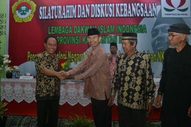 Ketua DPW LDII Kalbar Ir Mulyadi Safwan menyerahkan cinderamata kepada Ketua Harian FPIP Kalbar Tarwo Kusnarno SE.MSi./ st-(Postkotapontianak.com)