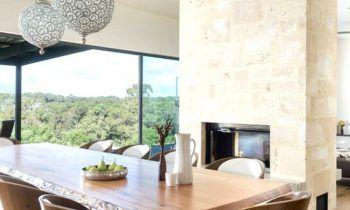 habillage de cheminée table-rectangulaire-bois-chaises-suspension-boule