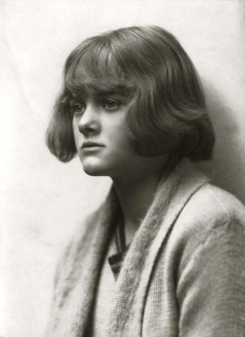 Daphné Du Maurier, c1922 (Ruth Bartlett) Une des dernières grande conteuse d'histoires pour soi , le soir à la maison