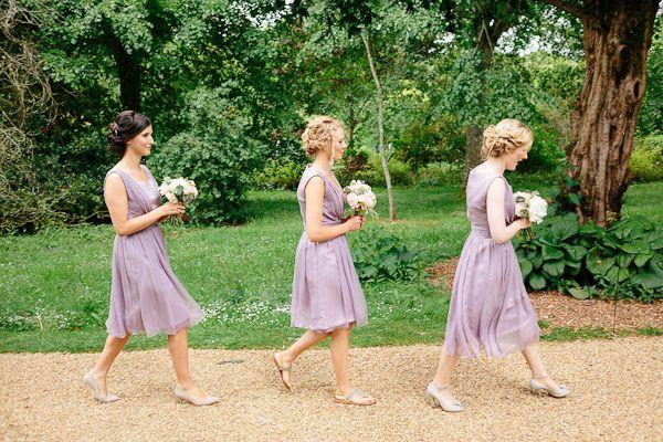 紫色のブライドメイドのドレス