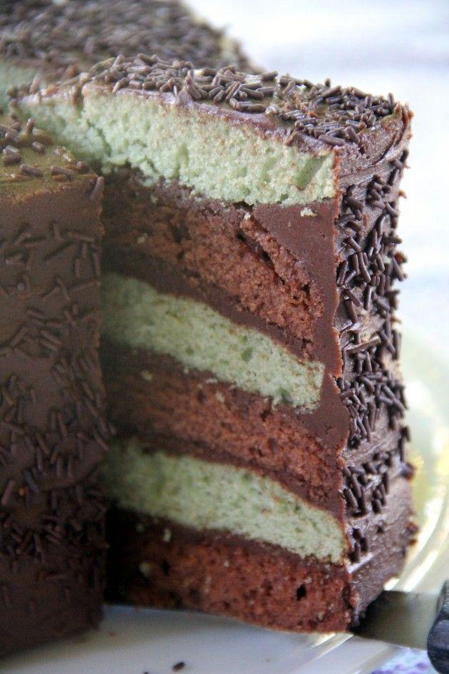 """Cela faisait très longtemps que j'avais envie de tester le principe du Layer cake. A savoir : un gâteau avec plusieurs couches séparées par une préparation dite """"de remplissage"""". A partir de là vous pouvez laisser libre cours à votre imagination la plus..."""