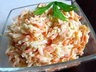 Celerový salát s mrkví 1 ks středně velkého celeru 1 ks mrkve 1 ks velkého jablka 1 lžička majonézy 3 lžičky bílého jogurtu 2 lžíce jablečného octa 1 lžíce pískového cukru 2 špetky mořské soli 1 špetka čerstvě mletého pepře Očištěnou zeleninu nastrouhejte na struhadle. Dejte do mísy, přidejte sůl, cukr, jablečný ocet a promíchejte. Nechte 10 minut stát. Pak vmíchejte jogurt a majonézu. Nechte vychladit a podávejte.