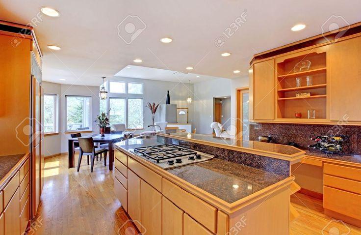 大型高級木製キッチン花崗岩のカウンター トップ、黄色の堅木張りの床と。 ロイヤリティーフリーフォト、ピクチャー、画像、ストックフォトグラフィ. Image 12621247.