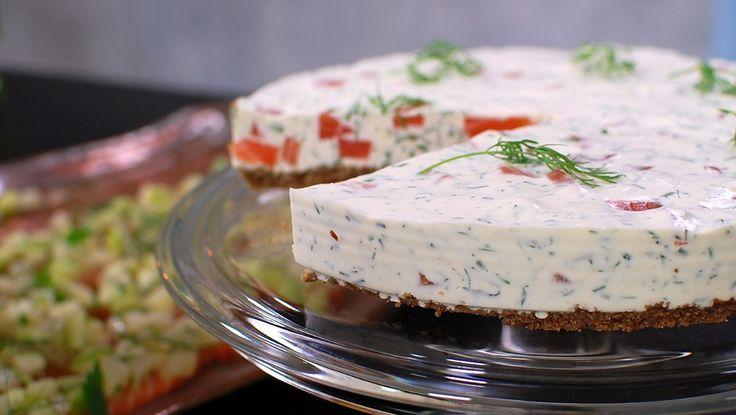 «Ostekake» med gravet laks, kremost, dill og pepperrot - En alternativ måte å servere gravlaks til julefrokosten. - Foto: Fra tv-serien Hygge i Strömsö / YLE