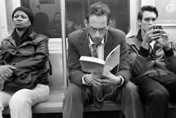 Fotos de pessoas lendo no metro de NY.