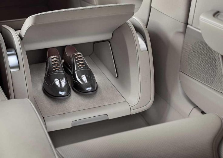 Volvo S90 Excellence interior lounge console