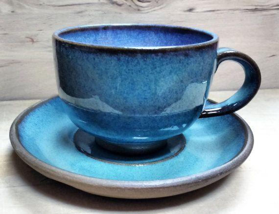 La experiencia de tomar el café o el té de una taza a mano hace que el sabor de la bebida aún mejor, no hay otra alternativa. Estas tazas con platillos a juego son el tamaño perfecto para un café o un capuchino en una máquina y el tamaño ideal para una buena taza de té. Esmaltado con mi propio, hecho a mano, ombre azul turquesa satinado tiene un hermoso brillo y una superficie lisa. Los mangos han sido sutilmente modelada dándoles un detalle extra. Son tan amables sostener, para ver y sobre…