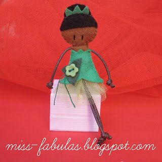 Doll brooch #Tiana handmade in felt. Broche muñeca Tiana hecho a mano en fieltro.