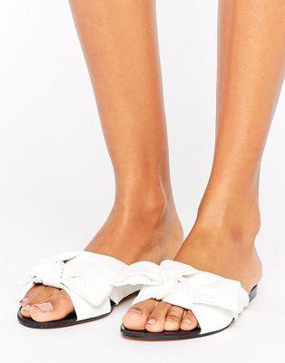 Белые сандалии с бантиками Lost Ink