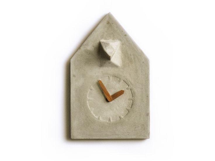 REHFORM Kuckucksuhr aus Beton - Unter allen Kuckucksuhren ist diese die reduzierteste Vertreterin. Weniger geht nicht mehr. In diesem Entwurf wurden alle Merkmale einer Kuckucksuhr auf ein Minimum beschränkt. Dennoch ist sie eindeutig als Kuckucksuhr zu erkennen. Unterstützt wird das minimalistische Design durch eine puristische Materialwahl. Die Uhr wird aus Beton gegossen, passend dazu ist sie mit Zeigern aus Eichenholz ausgestattet.