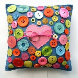 How cute is this button pillow?! Visit for tutorials on this and other button related diy projects!