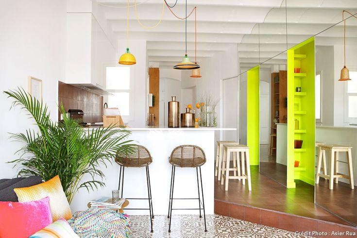 Cuisine ouverte - cuisine américaine : comment aménager une cuisine avec un îlot central. Ici l'exemple d'une cuisine réalisée par les architectes Miel Arquitectos avec un bar ouvert sur la pièce principale. Son nom : Piso Pereiv44, un deux pièces à Barcelone.
