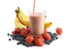 Ontbijt smoothie met havermout, sojamelk, fruit en zaden