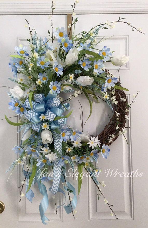 Blue Spring Wreath. Blue daisy wreath. por JansElegantWreaths