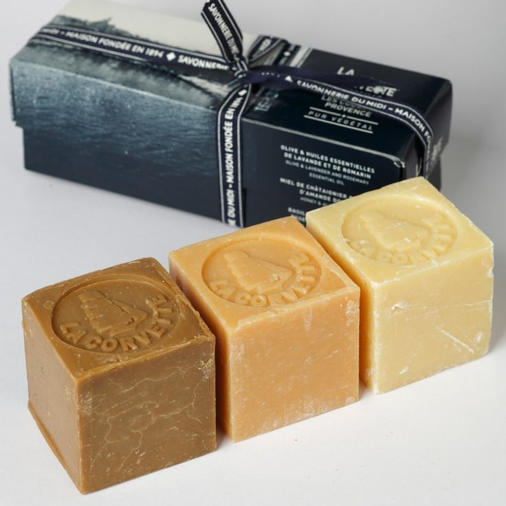 Coffret les Cubes de Provence composé de 3 cubes de 100g de savons Olive, Miel et Basilic made in Marseille par La Savonnerie du Midi pour sa marque La Corvette.