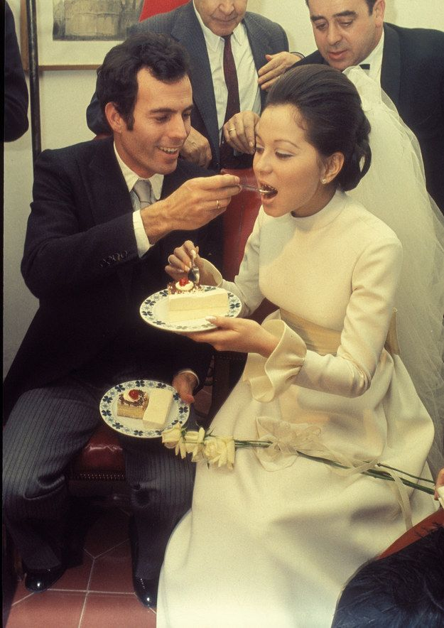 Isabel Presley vestida de novia en su boda con Julio Iglesias. Julio Iglesias and Isabel Preysler, 1971 | 41 Insanely Cool Vintage Celebrity Wedding Photos