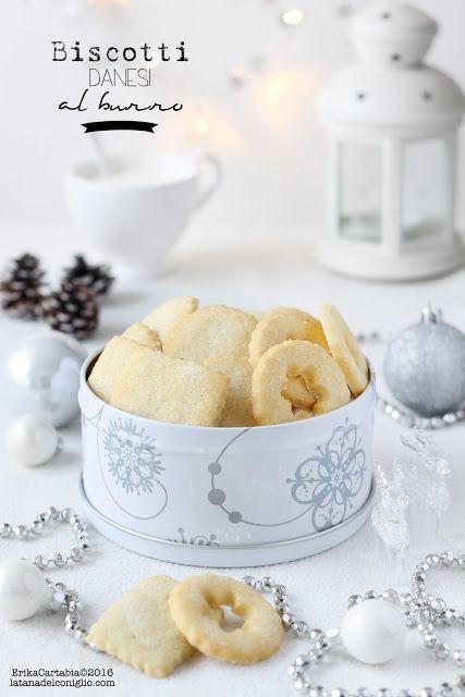 I biscotti danesi al burro, o Danish butter cookies, rientrano nella categoria dei biscotti più famosi e più acquistati, non solo durante le festività natalizie. Molti di voi ricorderanno la famosa sc