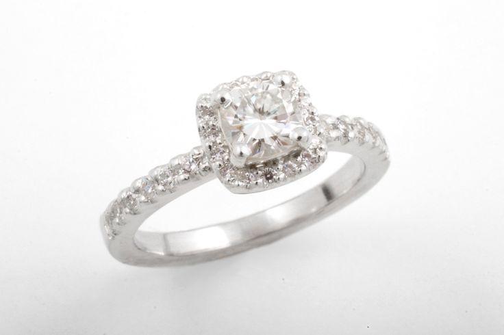 Sofia-sormus valkokultaa. Kivinä moissaniitti ja timantit