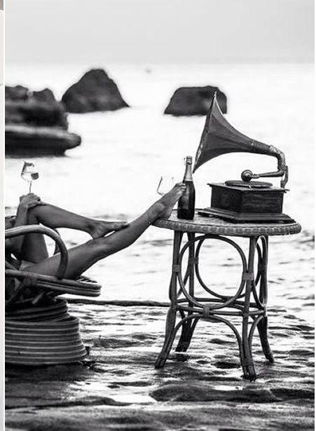 Champán, música, una mujer, dos copas,...