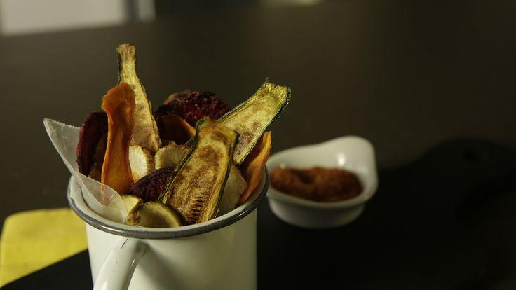 La receta de chips de vegetales es una botana fácil, sabrosa y sobre todo, muy saludable. Son vegetales deshidratados en el horno, perfectos para sustituir a las papas fritas. La entrada de vegetales deshidratados, es perfecta para las personas que no les gusta, normalmente, comer vegetales.