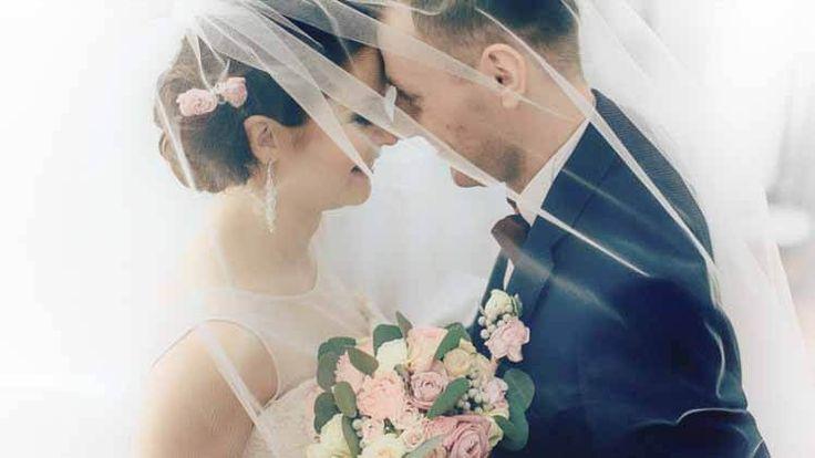 Ślub od pierwszego wejrzenia – Sezon 1, Odcinek 8 – online na Video Penny  Po skutecznej terapii małżeńskiej Ewa i Darek zamieszkali razem. Euforia, którą wzbudził w nich dzień ślubu i wesela nie była fałszywa. Emocje z tamtego dnia wywarły na nowożeńcach tak ogromne wrażenie, że mimo kryzysom przez które przeszli, chcą zawalczyć o odbudowanie ciepłej atmosfery. Taka postawa sprzyja rozwojowi związku, nawet jeśli młodzi ciągle nie czują się pewnie w rolach żony i męża. W takich momentach…