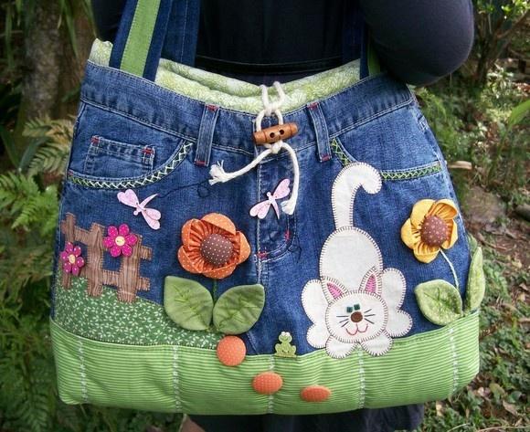 Linda bolsa feita com calça jeans reciclada, forrada com Oxford e estruturada com manta acrílica, com um bolso interno. Decorada com aplicações à máquina, fuxicos e botões. Peça exclusiva, aceito encomenda apenas com os motivos e tecidos parecidos, pois a calça não consigo outra. Tamanho aproximado 36(A)x44(L), e comprimento das alças 82 cm. R$150,00
