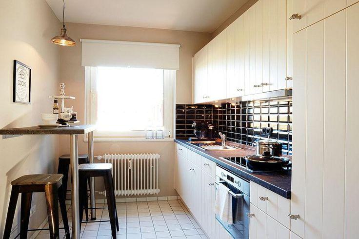Schöne modern eingerichtete küche mit fenster cremefarbenen