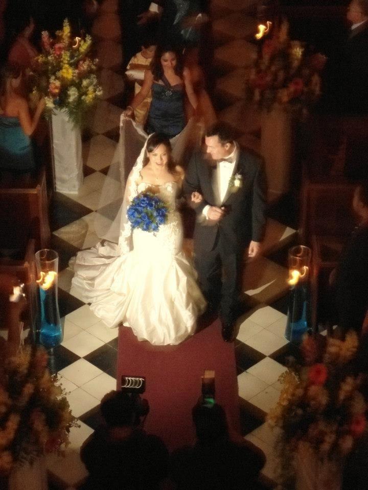 La novia fue el complemento, junto a su ramo de novia azul