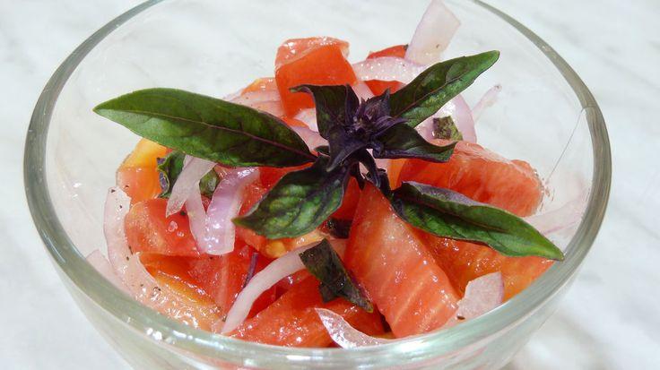 В помидорный сезон я почти каждый день делаю салаты из помидоров. Рецепт одного из таких салатов опубликован сегодня на моем кулинарном канале. Это простой пошаговый рецепт приготовления вкусного летнего салата из свежих помидоров с репчатым луком и базиликом. Чтобы посмотреть видео рецепт, переходите по ссылке в описании. #салатизсвежихпомидоров#срепчатымлуком#сбазиликом#овощной#вегетарианкий#здоровоепитание#летнийсалат#томаты#НатальяГорбачева_рецепты#YouTube