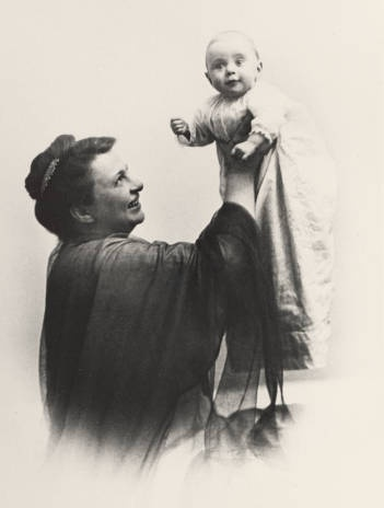 Frances Perkins with her daughter Susanna, 1917. From the Frances Perkins Papers, Archives & Special Collections, Mount Holyoke College.