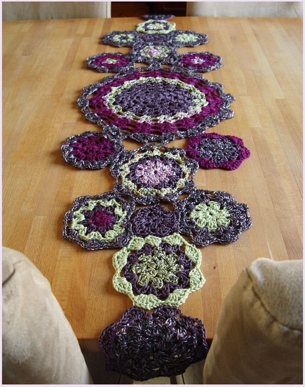 Crochet Table Runner - Mantelito Decorativo (Didn't see a pattern but might be able to just look at picture... Pick your colors).