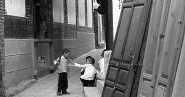 Juegos para niños en China. Los primeros instrumentos y caligrafía chinos datan del 7000 a.C., según menciona Crystalinks. Las ricas costumbres musicales, artísticas, académicas y recreativas de esta antigua civilización han influido en la cultura occidental. Los juegos que disfrutan los niños norteamericanos, como volar cometas, boliche, yo-yo, dominó, damas, el hombre ...