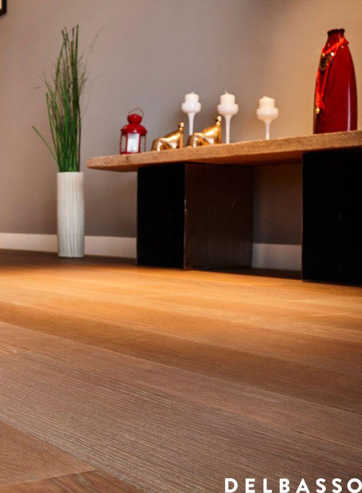 Soggiorno con pavimento in legno quercia francese verniciato colore sabbia. Elegant living room, open space, with french oak floor, painted with water paint, colour: sabbia. Interior design ideas. #parquet realized by @delbassoparquet