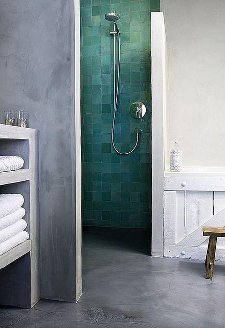 Salle de bain monochrome gris ciment et pop de couleur avec zelliges turquoises