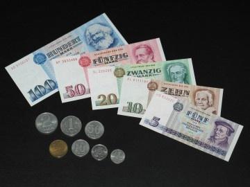 DDR Geld die Münzen waren Blech ............. 1,5,10 Pfennig (10Groschen) 1 und 2 Mark aus Aluminium der 20er (20 Pfennig aus Messing) die 5,10 und 20 Mark Stücke Gedenkmünzen wurden in kleinen Auflagen in Silber und in großer Stückzahl in Neusilber ausgegeben.