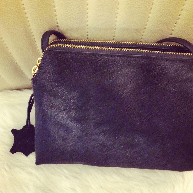 Leather pony bag - Een stijlvolle zwarte lederen schoudertas met fijne pony haartjes aan de voorkant. Het geeft je alledaagse outfit net dat tikkeltje meer!
