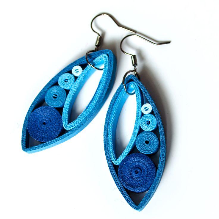 Dropp Blueish Dropp jsou náušničky srolované z úplně běžného barevného papíru. Technika na to použitá se nazývá quilling, avšak krapet upravená (přáníčka mě moc nebaví :) ). Srolované papírky sroluju do tvaru kruhů, vymačkám do odpovídajicích tvarů, připevním a pořááádně matným lakem přelakuju. Náušky pevně drží tvar (lak umí úplné zázraky). ...