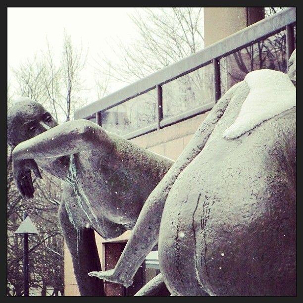 Are they #fighting? #frightening? Game is on... #MaijaNuotio: #Watergame, 1982, #Pasila #Helsinki #statue #sculpture #bronze #mutapaini? #mudwrestling?