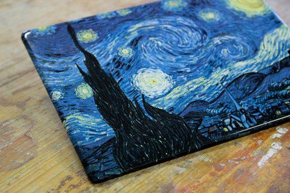 Uno dei più celebri quadri della storia, La notte stellata di Vincent van Gogh, ritorna a nuova vita e su un nuovo supporto: quello ceramico. Oltre ai colori brillanti e a una magnifica lucentezza, questa preziosa opera può essere vostra fornita di un pratico supporto da tavolo (che potrete incollare sul retro). Questa stampa di altissima qualità, cotta su ceramica a oltre 850°C conferisce al supporto una vita eterna!  Noi di FotoceramicheOnline possiamo permetterci di garantire il prodotto…