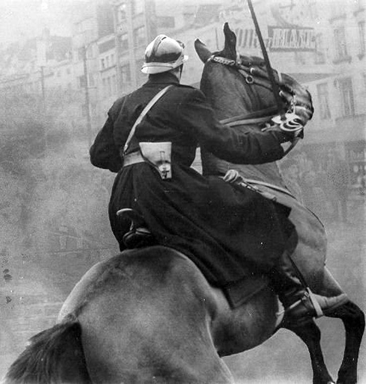 Gendarme belge sabre au clair lors des manifestations de 1961.