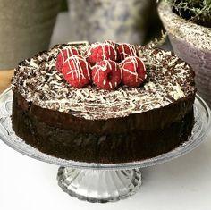 Finns inget bättre när en kaka ser så sjukt profsig ut men är så enkel att göra att min 6 åring kan slänga ihop den! Du behöver inte ens äga en visp för att baka denna underbara kaka. Den blir så…