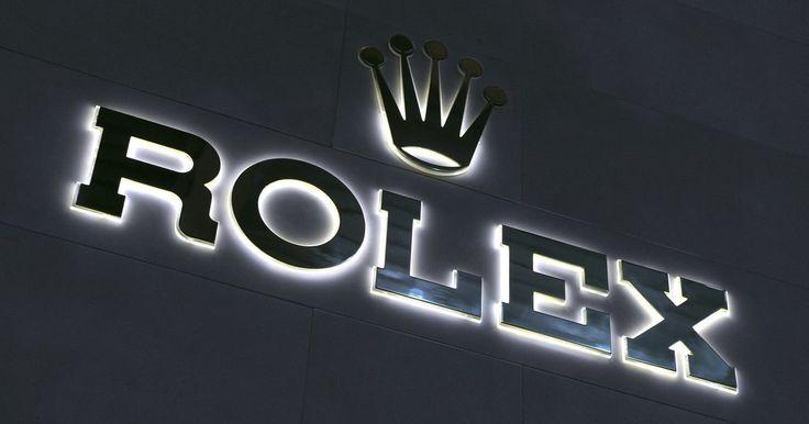 Como saber se um Rolex Submariner é verdadeiro. O Rolex Submariner é uma linha popular de relógios da marca Rolex. Na verdade, ela é tão popular que já foi utilizada por James Bond em vários de seus filmes. Infelizmente, considerando sua popularidade, muitas pessoas decidiram produzir modelos falsificados desses relógios para vender mais barato no mercado negro ou na internet. Se você está ...