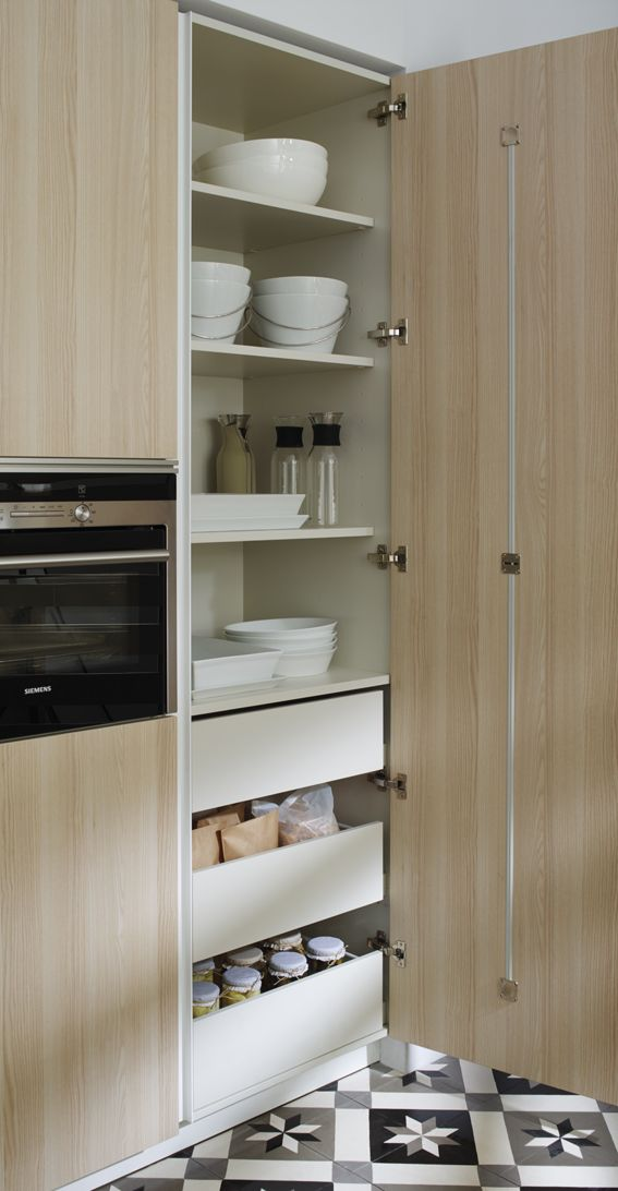 SANTOS kitchen | A door that always fits and is perfectly aligned. The whole door of the tall unit has a tensor on the inside of the front which can be easily adjusted so as to make sure the door stays aligned and fits perfectly.