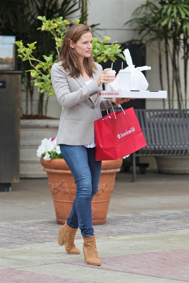 Jen Garner's casual style.