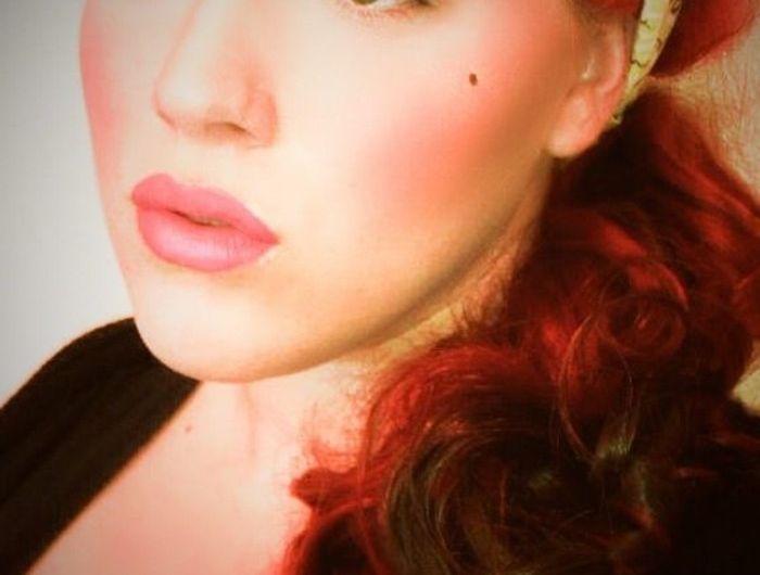 rockabilly-frisur-50er-style-haarband-und-schönes-schminken