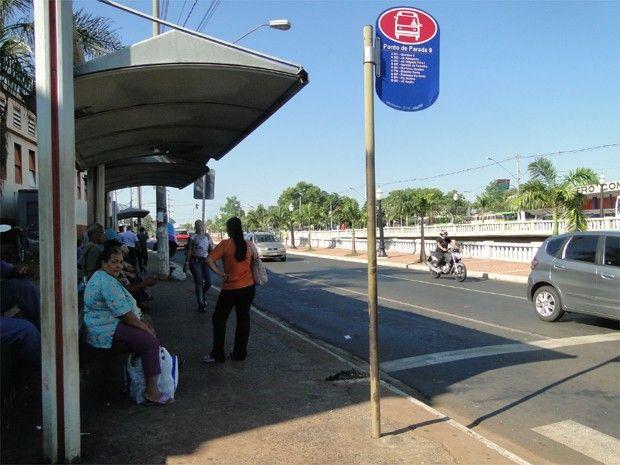 Com paralisação, espera por ônibus ultrapassa 3 horas em Ribeirão Preto   Todos os motoristas da empresa Turb pararam nesta manhã, diz sindicato. Trabalhadores que dependem do transporte público foram surpreendidos. http://mmanchete.blogspot.com.br/2013/01/com-paralisacao-espera-por-onibus.html#.UQAG6yeCmSo