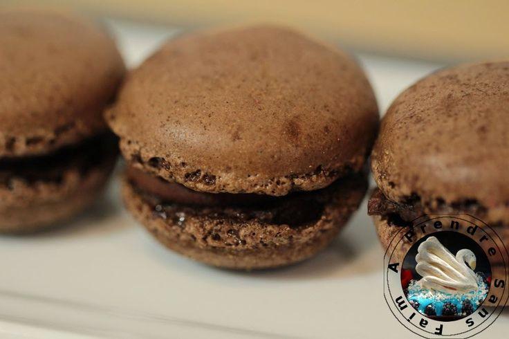 Macarons au chocolat au lait et fève tonka http://www.aprendresansfaim.com/2015/05/macarons-au-chocolat-au-lait-et-feve.html