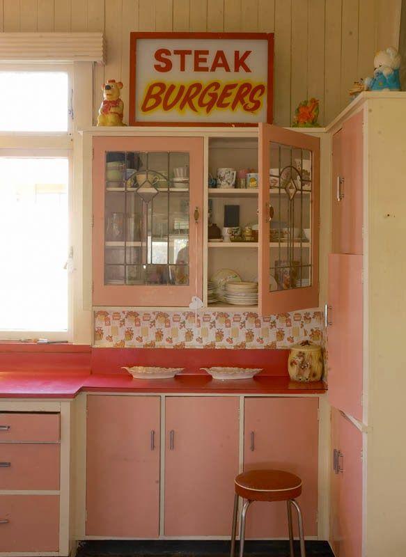 Verf-Voordeel   Een romantische keuken in roze en rood.  #Roze #Rood #Keuken #Romantisch #Verfvoordeel